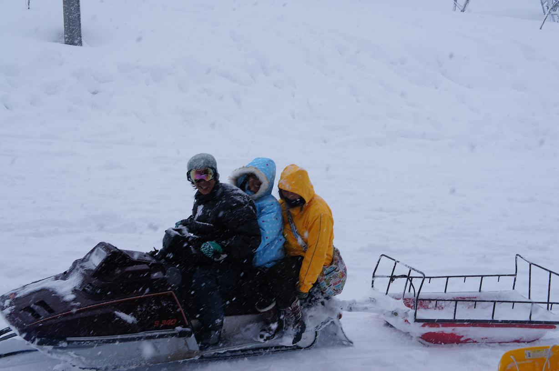 目の前で思う存分雪遊びができるペンション 子ども移動教室にもどうぞ!