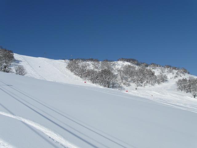 石打丸山スキー場三山共通券で山頂から尾根散歩の春スキー・スノーボード〜3月は週末宿泊も格安です